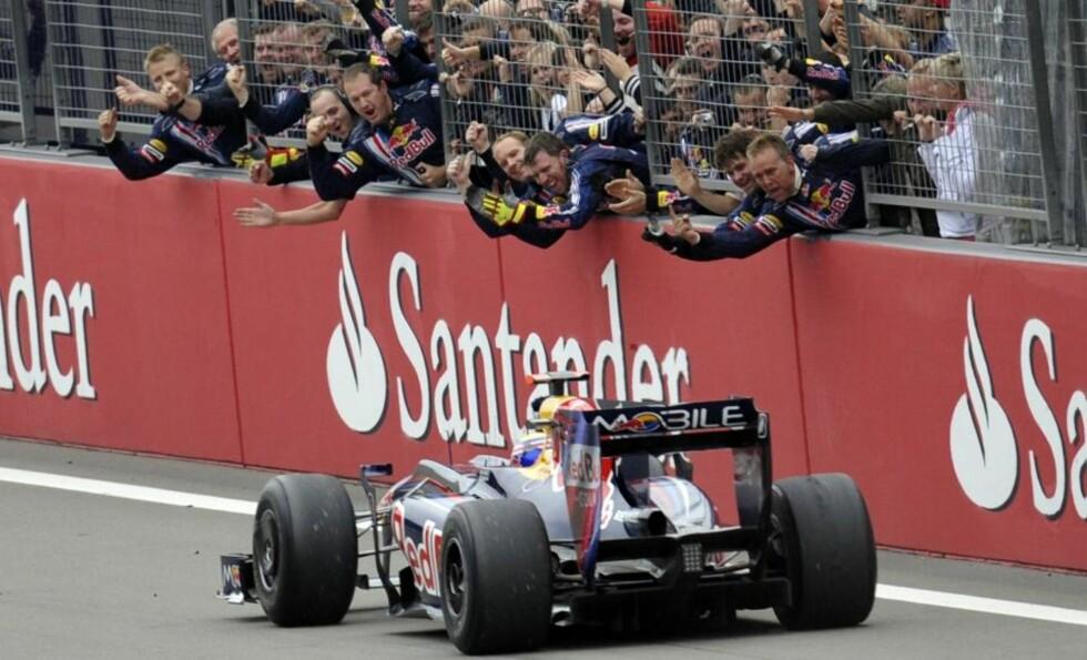ENDELIG FOR WEBBER: Mark Webber har startet 132 formel 1-løp i karrieren. I dag kom endelig den første seieren for australieren i Red Bull.Foto: SCANPIX/REUTERS/Wolfgang Rattay