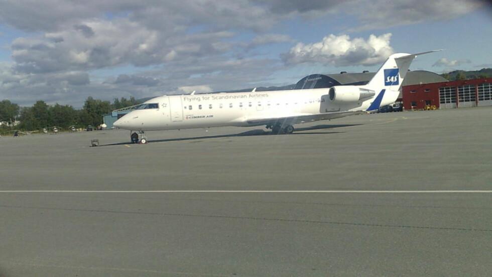 STO FAST PÅ VÆRNES: CRJ-maskinen ble stående på Værnes i flere timer før det lettet og satte kurs mot Gardemoen. Foto: Tor Aage Hansen