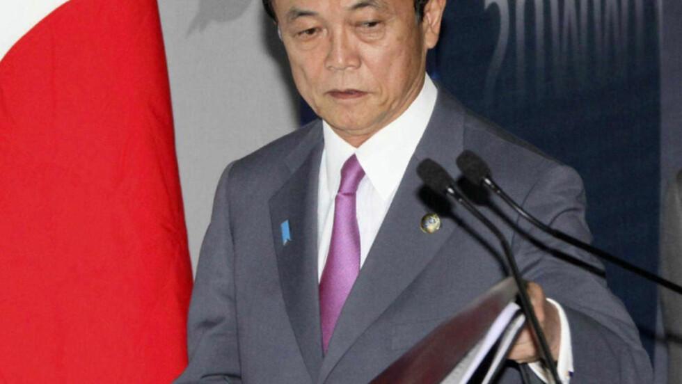 HARDT PRESSET: Statsminister Taro Aso planlegger å skrive ut nyvalg 30. august.  AFP PHOTO / POOL