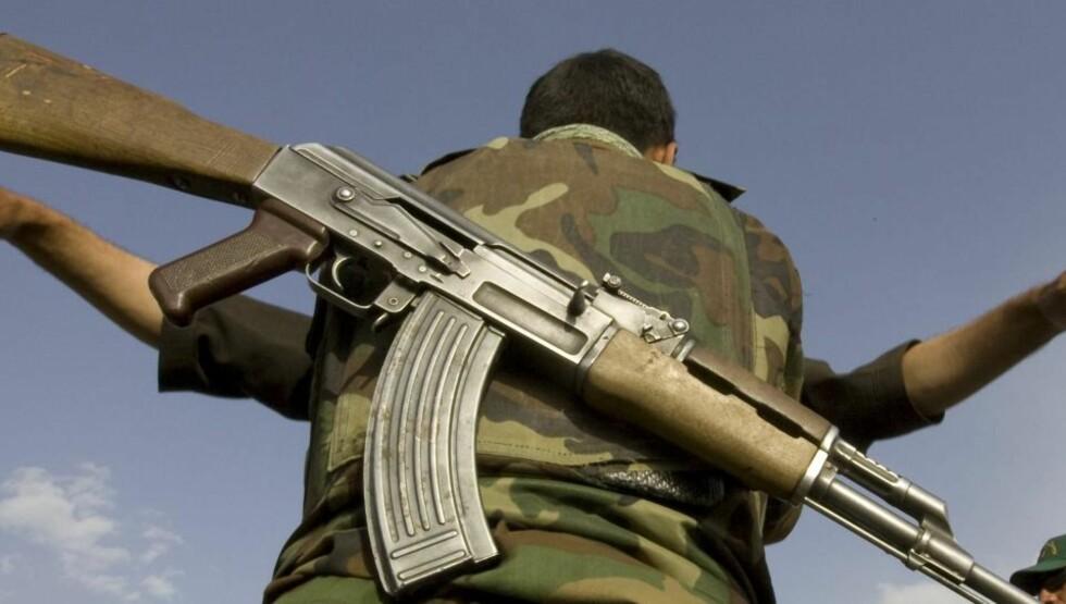 GRANSKING: En afghansk soldat ransaker en sivilist. USAs regjering har nå satt i gang gransking av påståtte massakrer som USAs afghanske allierte skal ha stått bak i 2001.  Foto: SCANPIX