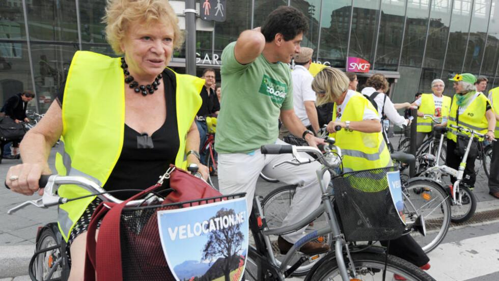 PÅ PLASS I STRASBOURG I DAG:  Eva Joly klar for konstitueringen av det nye EU-parlamentet tirsdag. På sykkel fra jernbanestasjonen, med refleksvest - som det sømmer seg en nyvalgt for De Grønne. Foto: FREDERIC FLORIN, AFP/SCANPIX.