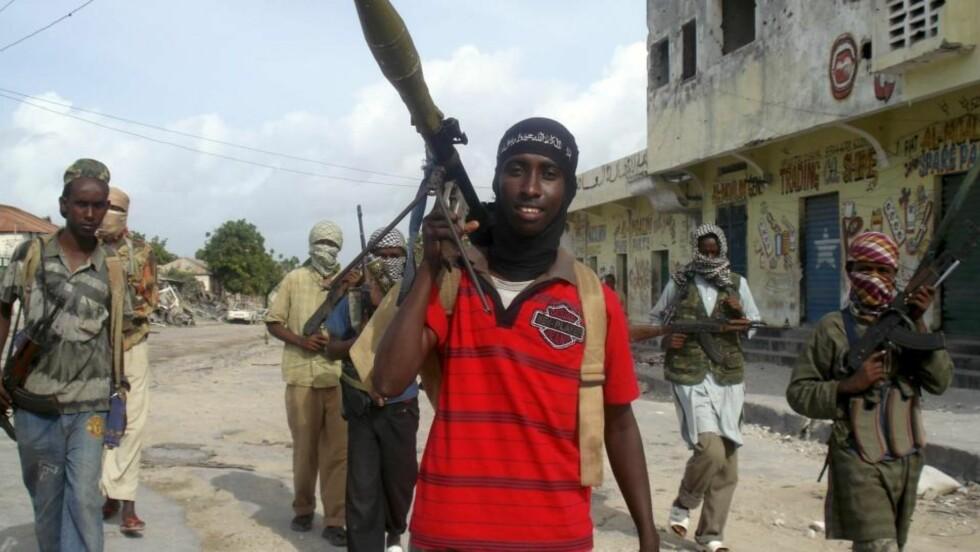 BORTFØRT: Islamistiske opprørere i al-Shabaab patrulerer gatene i Mogadishu. To franske journalister har blitt bortført i den somaliske hovedstaden. Foto: REUTERS/Mowliid Abdi/Scanpix