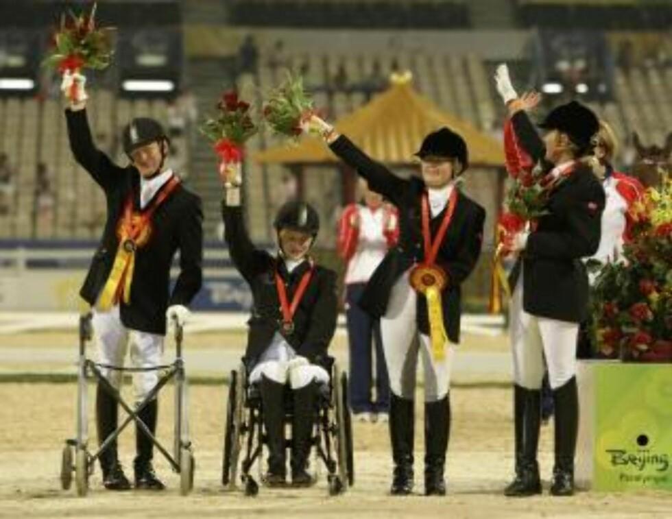 FIKK BRONSE: Under Paralympics i Kina i fjor fikk Mariette Garborg og lagkameratene bronsemedalje i dressurridning. Foto: AP Photo/Kin Cheung