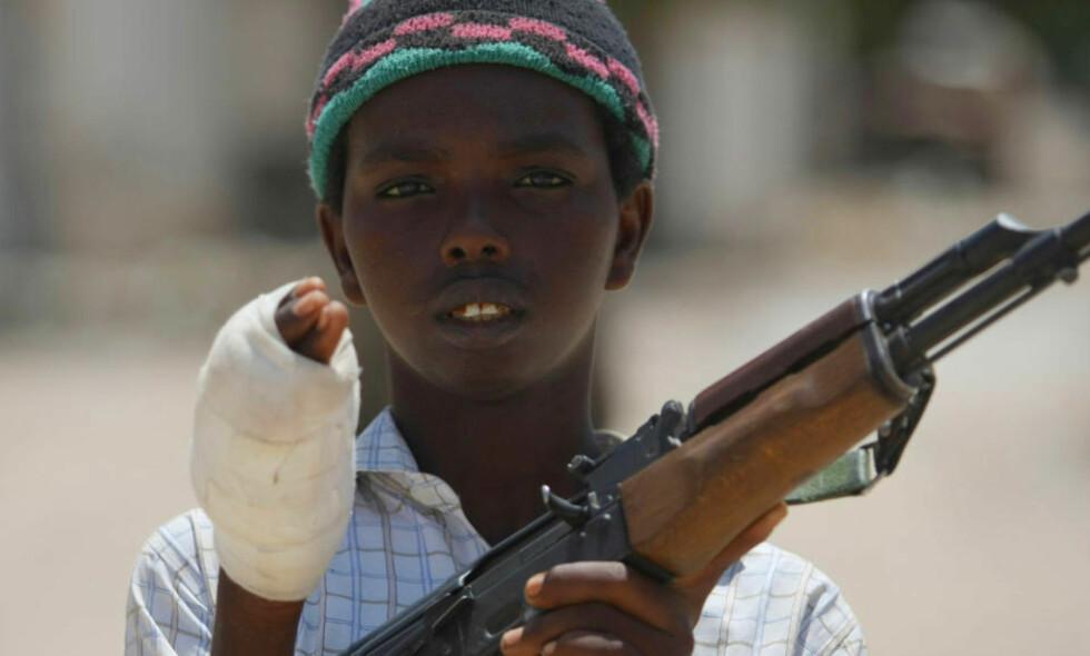 VERDENS VERSTE: Somalia topper listen over land som er i krise. Her er en ung medlem av Al-Shabab-militsen som i går kjempet mot regjeringssoldater i Mogadishus nabolag Sinaya. Foto: AFP/Mohamed DAHIR/SCANPIX