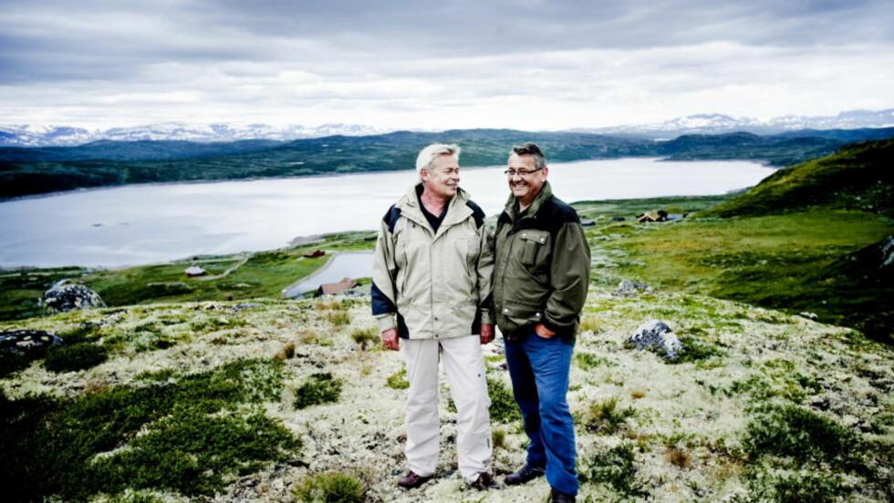 SAMMEN ER DE MEKTIGST: Schibsted-direktør Jan Erik Knarbakk (t.v.) og høyrepolitiker Per-Kristian Foss har aldri vært noen «fjellgeiter», men har lært seg å bli glad i fjellturer med Hallingskarvet i bakgrunnen. De er ofte i ferieleiligheten på Bergsjø i Ål. Foto: Thomas Rasmus Skaug