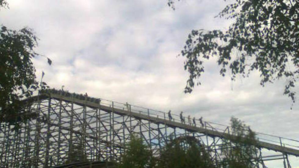 GÅR NED 39 METER: Thunder Coaster stoppet på toppen på nytt. Foto: Ramin Janshaid