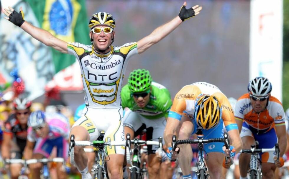 SJANSELØS: Thor Hushovd (i midten, med grønn hjelm) var sjanseløs mot Mark Cavendish (t.v.) i spurten på dagens etappe i Tour de France. Mark Cavendish overtok den grønne poengtrøya etter seieren. Foto: SCANPIX/EPA/CHRISTOPHE KARABA