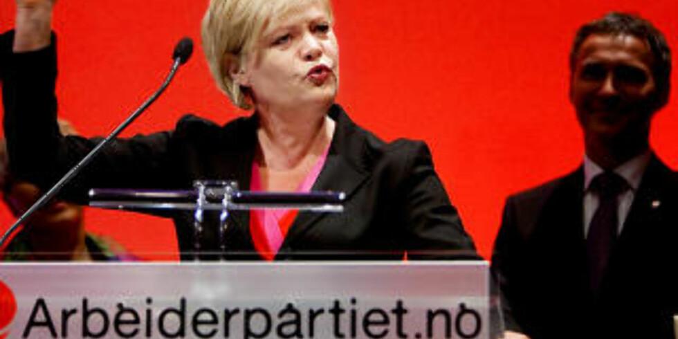 PÅ BESØK: SV-leder Kristin Halvorsen besøkte Arbeiderpartiets landsmøte i mai. Halvorsen ble møtt med langvarig trampeklapp. I bakgrunnen står Jens Stoltenberg. Foto: Espen Røst / Dagbladet