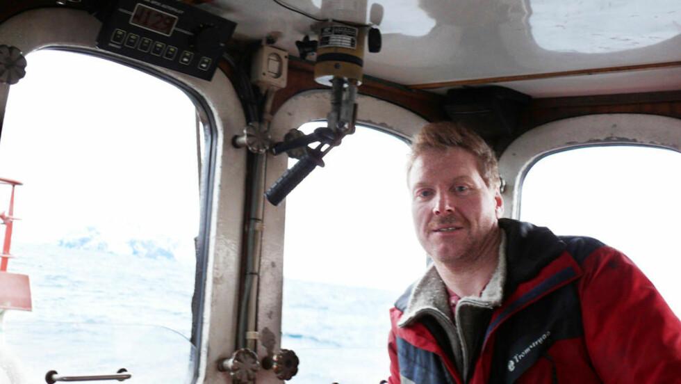 SLÅR TILBAKE MOT KRITIKKEN: Landsstyremedlem i SV og leder i Finnmark SV, Johnny Ingebrigtsen, mener kritikken av SV minner om Haakon Lies angrep. Her om bord i egen fiskebåt. Foto: Privat.