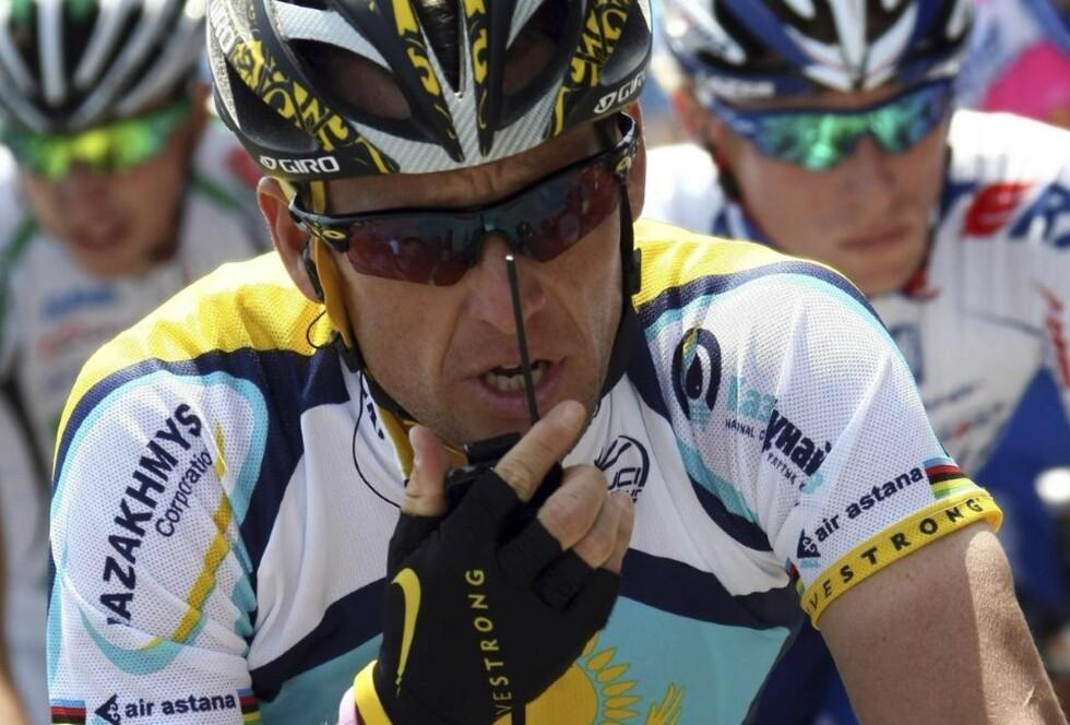 FÅR KOMMUNISERE: Lance Armstrong snakker her med lagledelsen under Giro d'Italia. I morgen skulle rytterne etter planen ha syklet uten propper i ørene i Tour de France, men nå har UCI snudd i saken - etter massive protester under tirsdagens forsøksetappe. Foto: AP