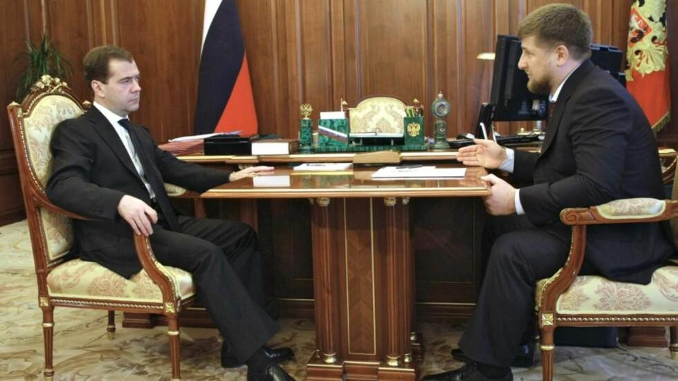 TO STERKE MENN: Ramzan Kadyrov (t.h.) i samtaler med Russlands president Dmitrij Medvedev (t.v.). Kadyrov er kjent for å styre Tsjetsjenia med hard hånd. Nå mener menneskerettsgrupper at han står bak drapet på den russiske menneskerettsaktivisten Natalja Estemirova, men selv sier han at han er rasende over drapet. Foto: REUTERS / Vladimir Rodionov / SCANPIX