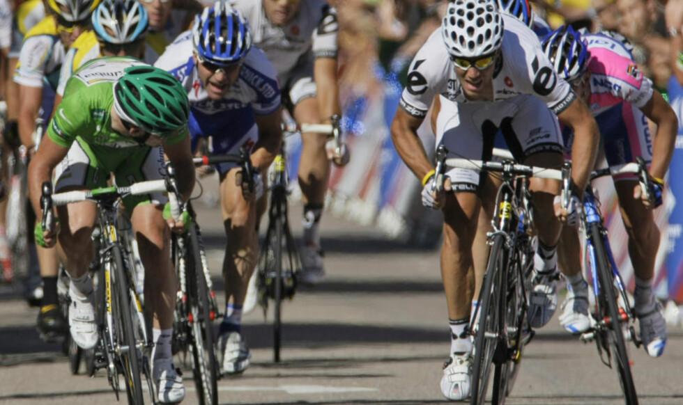 HVOR ER DU? Mark Cavendish spurtslo Thor Hushovd i kampen om åttendeplassen på dagens etappe, og tok nye poeng i kampen om den grønne trøya. Foto: SCANPIX/AP/Laurent Rebours