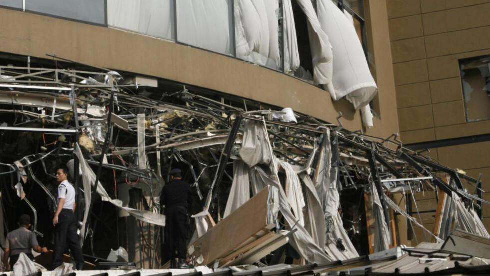 FASADEN revet av etter nattas eksplosjon på Ritz-Carlton i Jakarta. Foto: SCANPIX/AP Photo/Dita Alangkara)