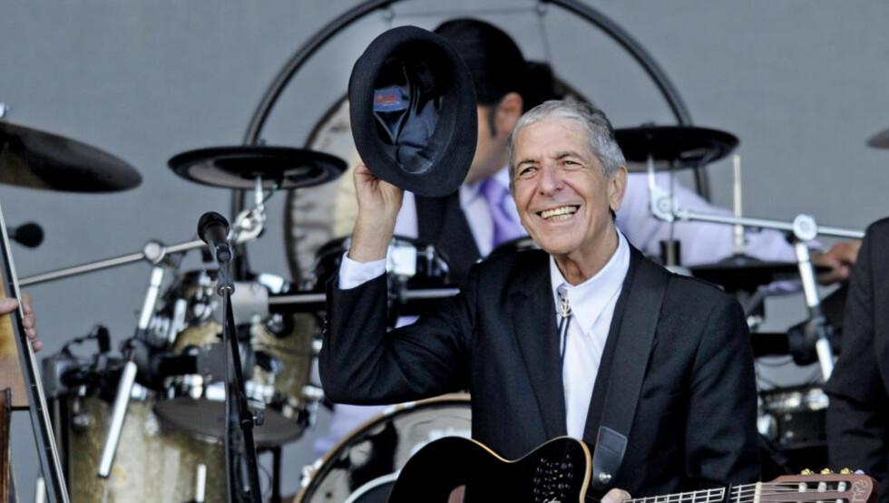 NORGESVENN: I år som i fjor gjester Leonard Cohen Norge. I kveld spiller han i Molde. En gentleman og en mann med hatt, som bærer sitt hodeplagg med stil. Foto: JOHN TERJE PEDERSEN