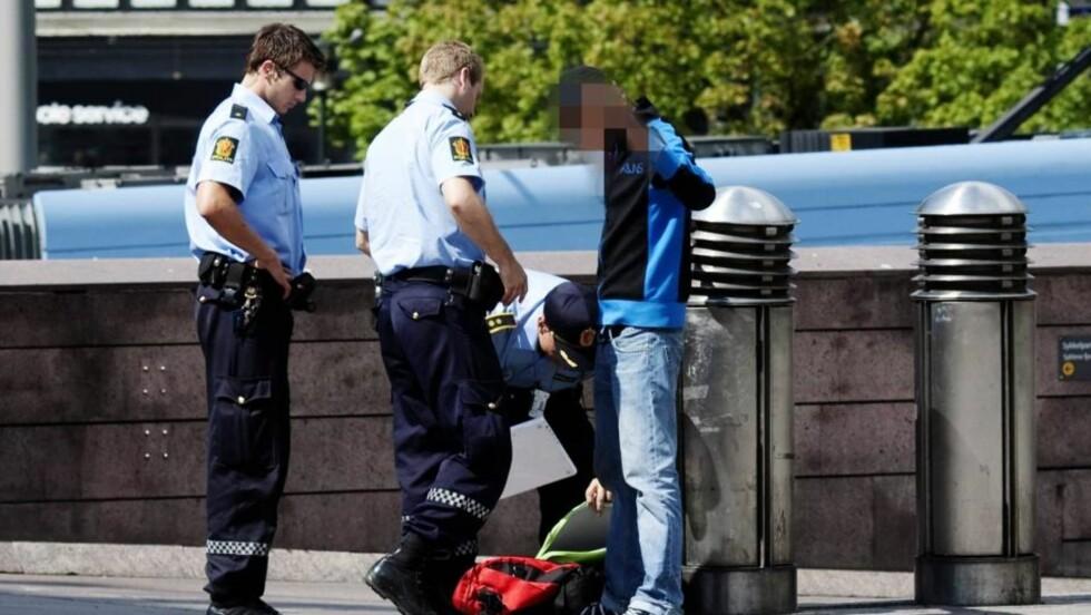 POLITIET VAR SYNLIG TIL STEDE: Ryddet Plata i går. Alle Foto: Sveinung Ystad