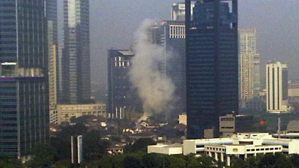 TERROR: Røyken stiger opp etter terroraksjonen på hotell Mariott i Jakarta. Foto: AP Photo/Adi Kwok/Scanpix