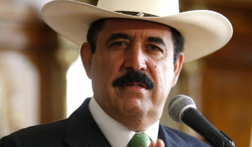 -KOMMER TILBAKE: Honduras' avsatte president Manuel Zelaya vil komme tilbake til Honduras innen noen timer, sier Venezuelas president Hugo Chavez. Zelaya har forsøkt å returnere tidligere uten å klare det. Foto: REUTERS/SCANPIX