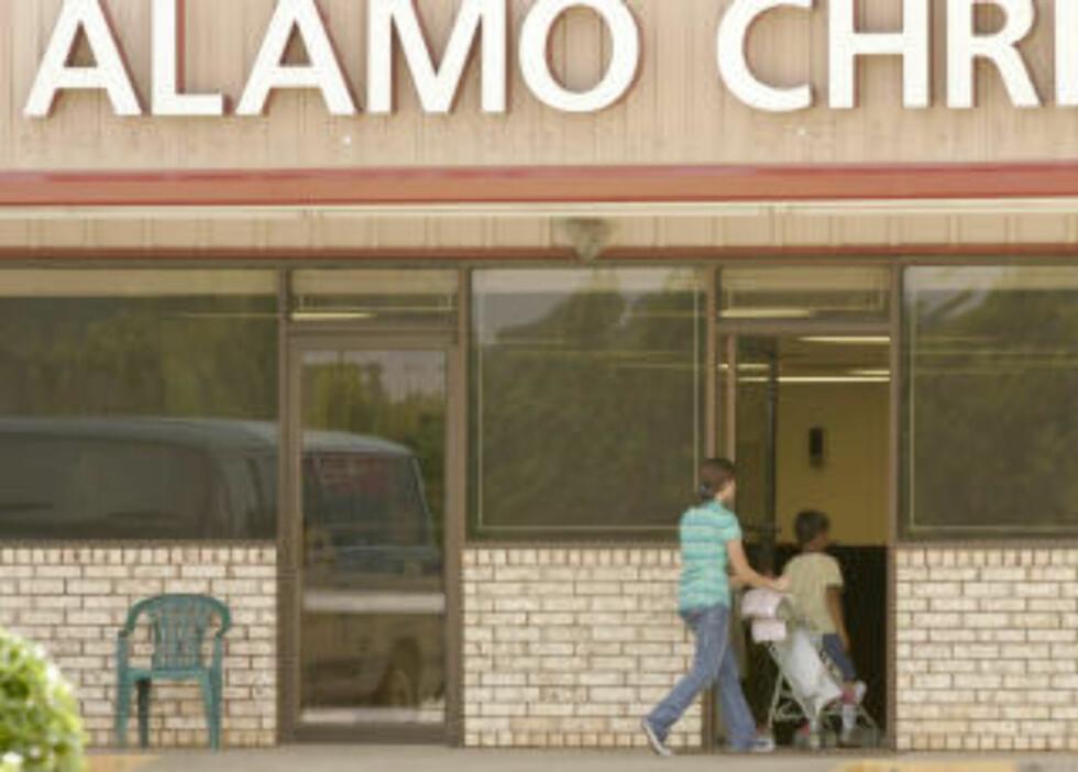 <strong>SEKTMEDLEMMER:</strong> Barn på vei inn i The Tony Alamo Christian Church i Fouke. Foto: AP Photo/Danny Johnston