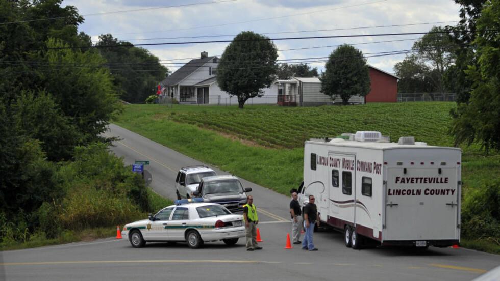 GRUSOMME DRAP: Fem personer ble funnet drept i Fayetteville i Tennessee lørdag. Mannen som nå er varetektsfengslet satt på trappa av det ene hjemmet når politiet kom. En sjette person er funnet drept i Huntsville, Alabama. Foto: AP Photo/The Huntsville TImes, Bob Gathany