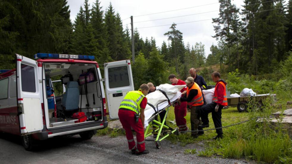 FRAKTES VEKK: En mann omkom under en stupeulykke i Telemark i dag. Foto: Torbjørn Berg/Dagbladet
