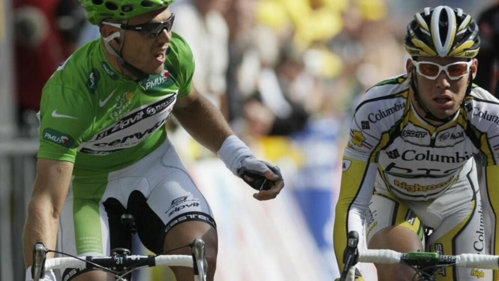 ISFRONT: Thor Hushovd og Mark Cavendish er i en aldri så liten ordkrig etter at briten ble diskvalifisert på gårsdagens Tour-etappe. Cavendish sier Columbia har «bigger fish to fry» enn nordmannen. Foto: SCANPIX/AP/Laurent Rebours