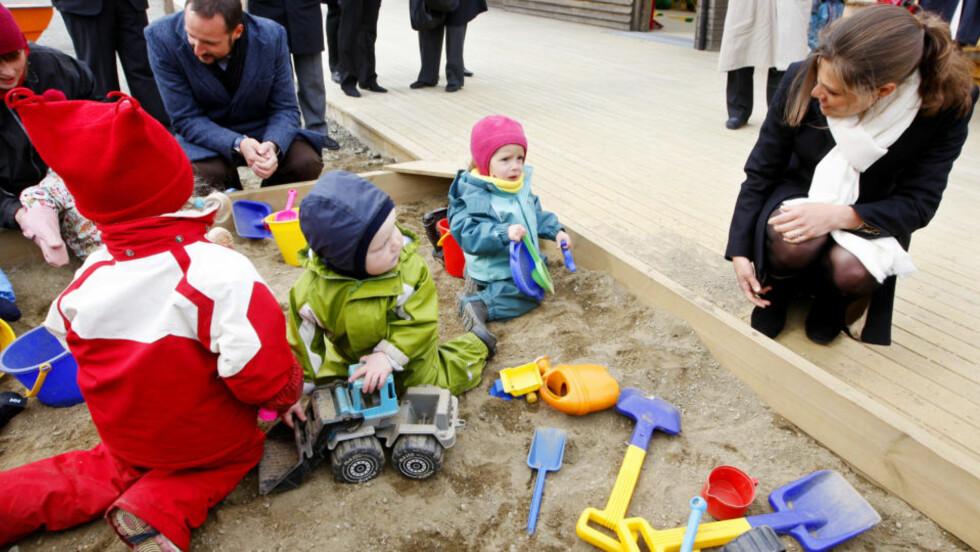 STRID OM KONTANTSTØTTE: Her er barna i Polarungen barnehage i Longyearbyen på Svalbard med  besøk av bl.a.  kronprins Haakon, og Sveriges kronprinsesse Victoria. Foto: Håkon Mosvold Larsen / SCANPIX