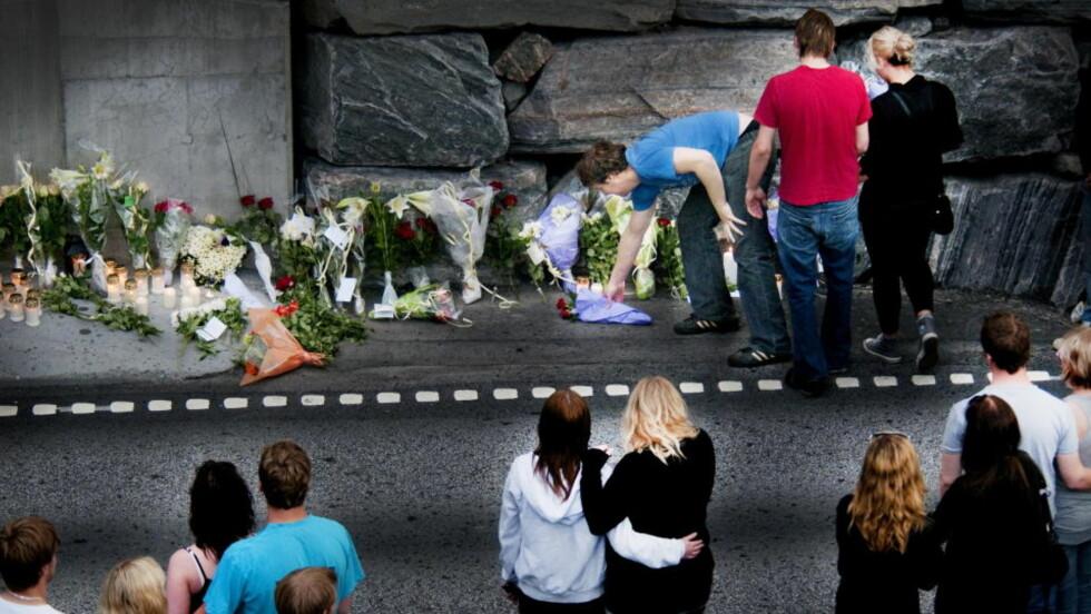 EKSTREM FART: Mercedesen med fire unge menn fra Ørsta holdt rundt 198 km/h da den krasjet med en Transporter i Eiksundtunnelen i juni i år. Dagen etter ulykken samlet flere hundre unge seg til sørgestund ved inngangen av tunnelen. Foto: John Terje Pedersen