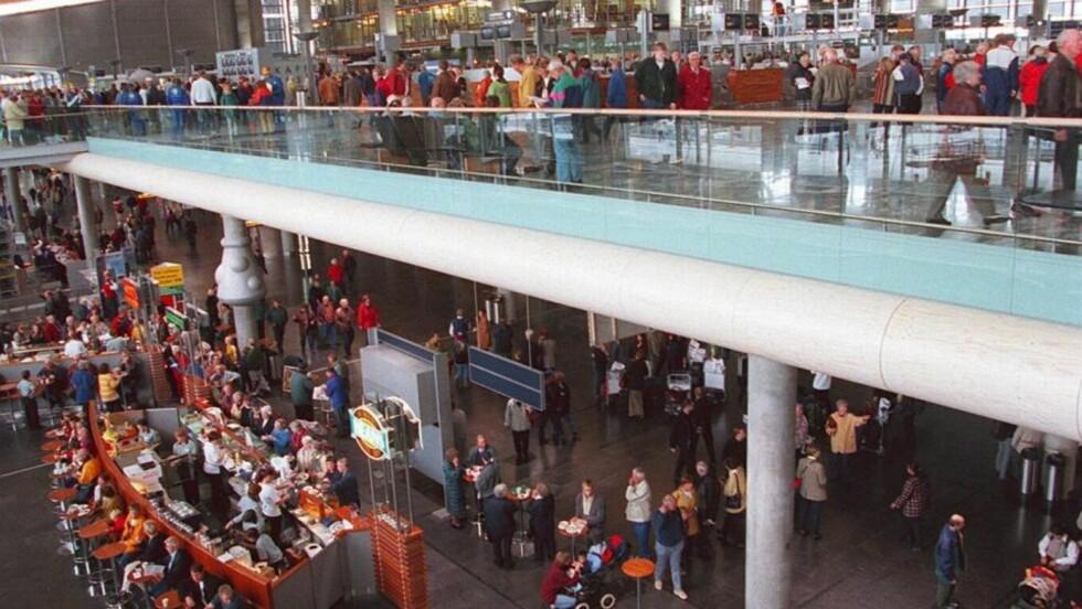 MANGE SKAL BETJENES: Det kan bli folksomt kan det bli i de rommelige hallene i terminalen på Oslo Lufthavn Gardermoen. Foto: Per Løchen