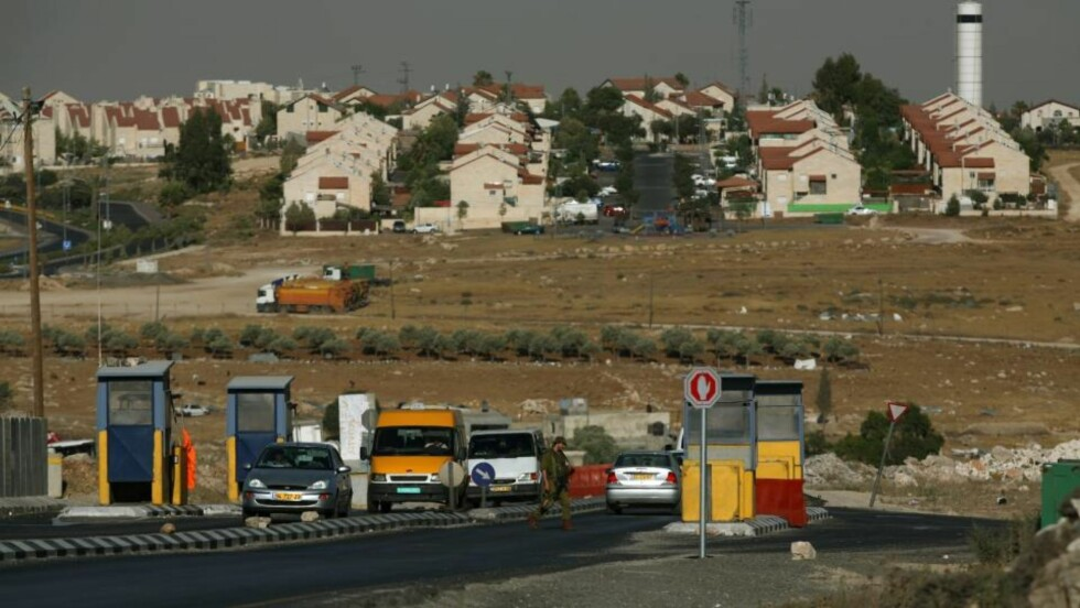 BOSETTERE PÅ VESTBREDDEN: I bakgrunnen sees den jødiske bosettingen Adam nord for Jerusalem. I juni ble det vedtatt å bygge 1450 nye leiligheter på Vestbredden. 50 er godkjente og skal bygges i Adam. Foto: EPA/ATEF SAFADI