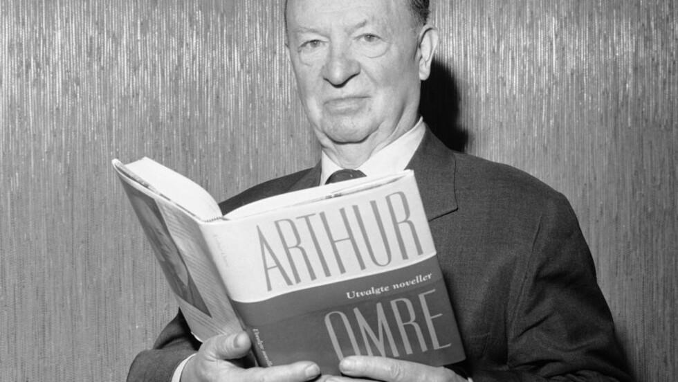 """NUMMER FEM: Arthur Omre har skrevet den femte beste krimromanen i Norge, mener Dagbladets jury. Her er han avbildet med med sin bok """"Utvalgte noveller"""" i 1962. Foto: NTB / Scanpix"""