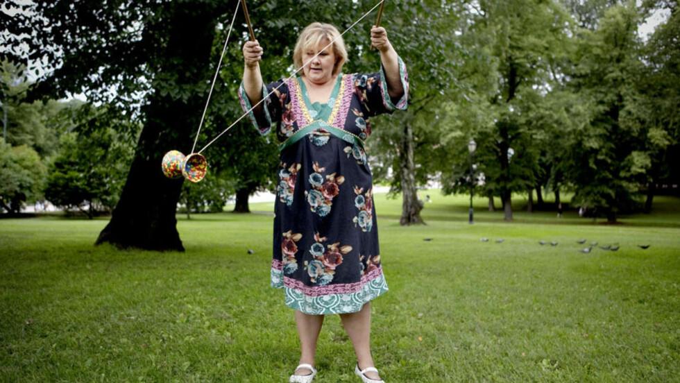 LEKER LITE PÅ FERIE: Erna Solberg vil sørge for at EU-debatten blir en del av valgkampen, og stiller til intervju selv om hun har ferie. Hun får sving på diabloen, til tross for at ungene på 10 og 12 år holder seg til ballspill. Foto: Lars Lindqvist