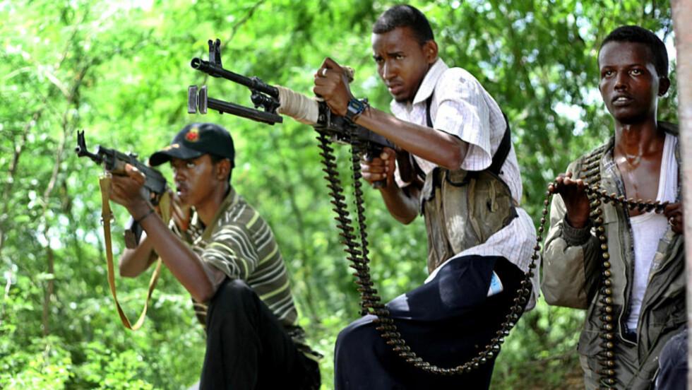 OPPRØRSSOLDATER trener med nær Somalias hovedstad Mogadishu. Hjelpeorganisasjonen Care mener særlig unge menn i landet har få svært begrensede muligheter. Foto: AFP PHOTO/Mohamed DAHIR