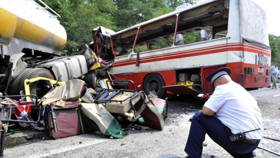 21 OMKOM: En buss og en tankbil frontkolliderte i Rostov-regionen sør i Russland fredag. 21 personer omkom i ulykken. Foto: REUTERS/SCANPIX