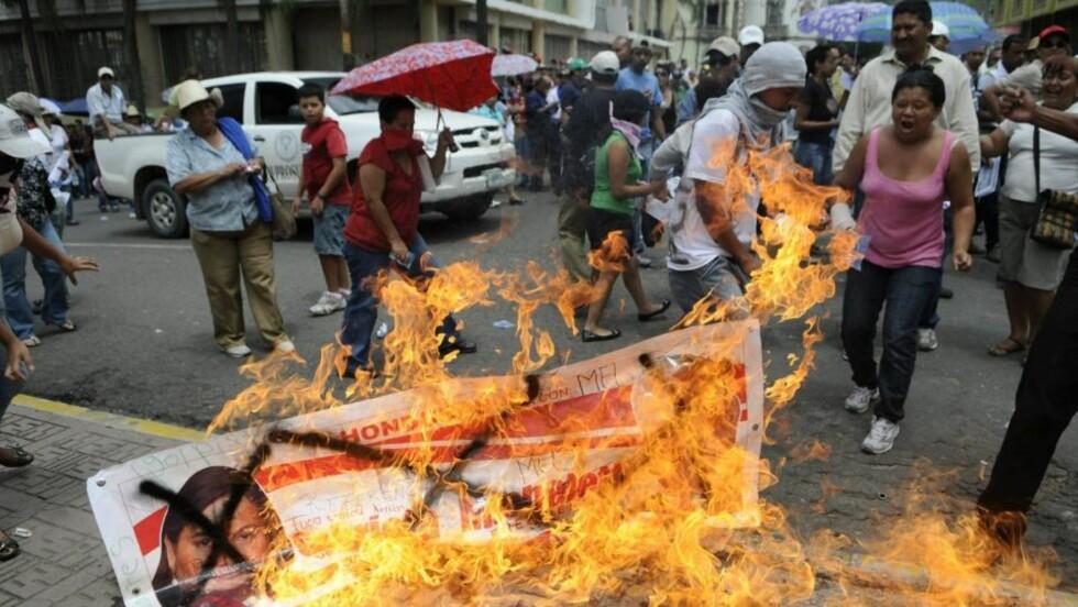 OVERGREP: Her støttespillere av den avsatte presidenten Manuel Zelaya i demonstrasjoner tidligere i juli.  EPA/ROBERTO ESCOBAR