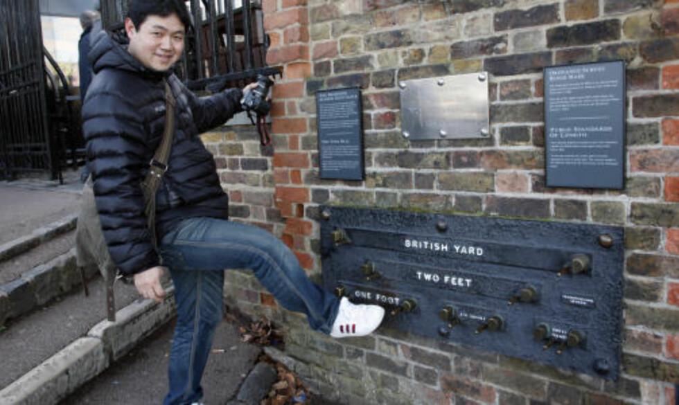 GODFOT: Japanske Ryo Lienmi sjekker hvordan hans fot ligger an i forhold til engelskmennenes gamle offsielelle lengdemål.