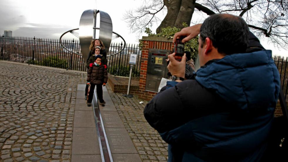 OVER STREKEN:0-meridianen i Greenwich i London er en av millionbyens mange attraksjoner. Den har like sterk tiltrekningskraft som både Polarsirkelen og Ekvator. Alle foto: Eivind Pedersen