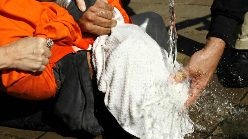 MAN HØSTER SOM MAN SÅR, heter det i ordtaket. Det kan FBI og CIA ta lærdom av etter en terrorsiktet mann fikk alle rettigheter som en vanlig kriminell, og som takk oppga han alle sine kontakter og informasjon han satt på. Bildet viser avhørsmetoden vanntortur som er blitt brukt på terrormistenkte fanger som satt fengslet på Guantanamo. REUTERS/Kevin Lamarque  (UNITED STATES)