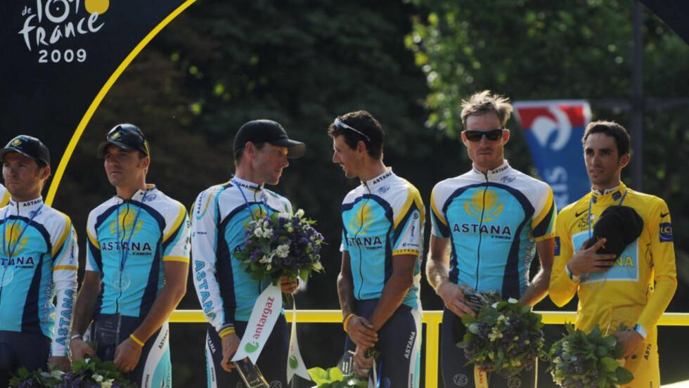 ASTANA-LAGET: Astana laget blir hyllet etter gårsdagens siste etappe av Tour de France. Etterpå gikk Lance Armstrong (tredje mann fra venstre) for å feire med sine nye lagkamerater i Team RadioShack.  Foto: AFP PHOTO PASCAL PAVANI