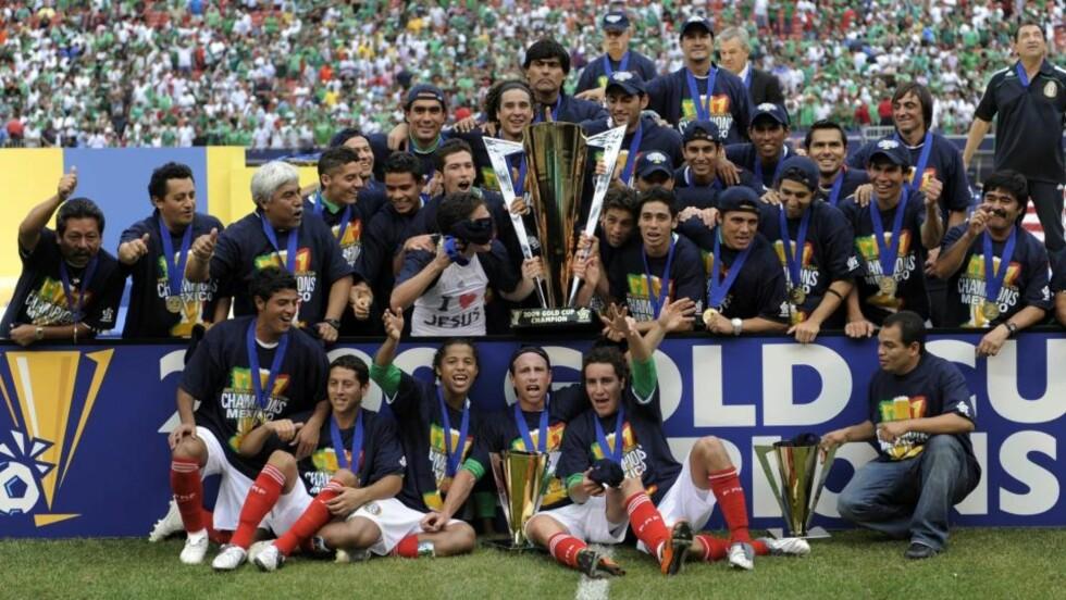 KNUSENDE OVERLEGNE: Mexico leverte en strålende annen omgang, og ga seg ikke før det sto 5-0 på resultattavla i Gold Cup-finalen mot USA. Dermed kunne de motta det gigantiske trofeet for femte gang i historien.Foto: SCANPIX/EPA/JUSTIN LANE