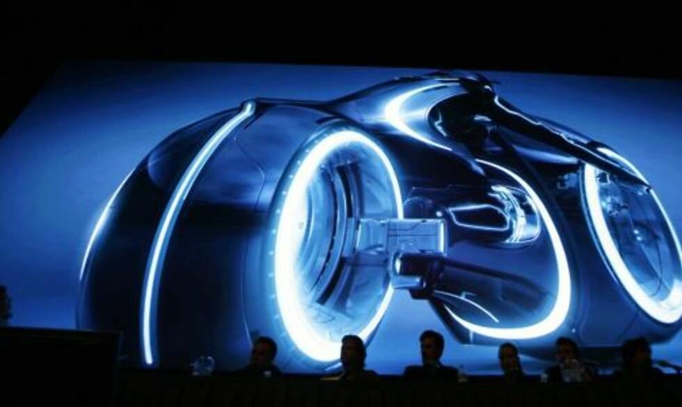 LYSMOTORSYKKELEN: Fansen fikk se en modell av lysmotorsykkelen som blir brukt i «Tron Legacy». Foto: REUTERS/Mario Anzuoni