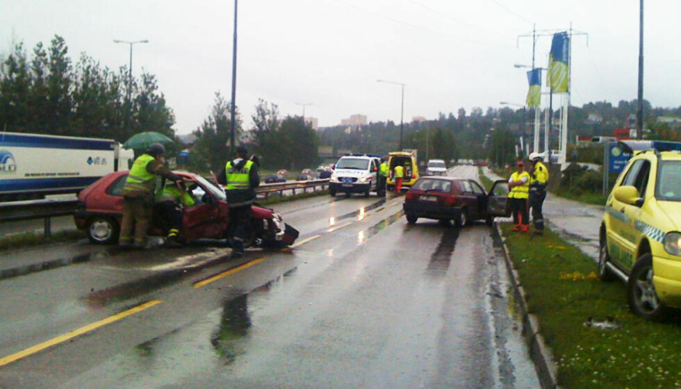 KRAFTIG SAMMENSTØT: Flere måtte ha legehjelp etter kollisjonen, som skjedde på en parallellvei til E6 på Alnabru. Foto: FRODE ANDERSEN