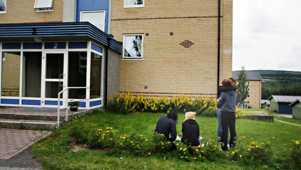 MINNES DEN DREPTE: Mange venner og kjente har i går og i dag kommet for å legge ned blomster og tenne lys for den drepte 18-åringen i Kongsvinger etter at han ble funnet natt til i går. Foto: FRANK KARLSEN