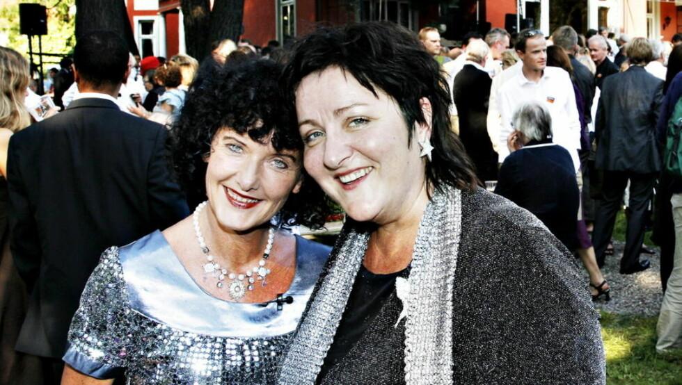 HVOR ER UNNI? Anne B. Ragde (t.h.) reagerer på at venninna Unni Lindell ikke ble stemt fram av juryen. Her er de to sammen på Aschehougs hagefest i 2007. Foto: NINA HANSEN