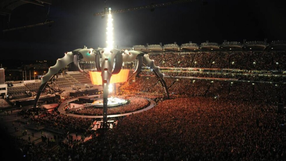 GIGANTSCENE: U2 spilte tre konserter i hjembyen Dublin, i forbindelse med Europaturneen sin. Naboene til arenaen Croke Park demonstrerer i dag mot den langvarige nedriggingen av gigantscenen. Bildet er fra den første konserten på fredag.  Foto: SCANPIX /EPA/AIDAN CRAWLEY