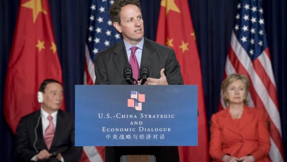 LOVER SAMARBEID: USAs finansminister Timothy Geithner (i midten) og utenriksminister Hillary Clinton (t.h.) har denne uka vært i samtaler med  Kinas visestatsminister Wang Qishan (t.v.). Foto: EPA/MATTHEW CAVANAUGH/Scanpix