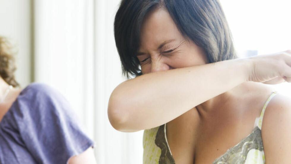 """SVINEINFLUENSA: Mange er bekymret for å bli smittet av influensa og den mye omtalte """"svineinfluensaen"""". Når det nyses er det greit å holde litt avstand, samtidig som man nyser på armen og ikke i hendene. Illustrasjonsfoto. H1N1 Foto: Berit Roald / SCANPIX"""