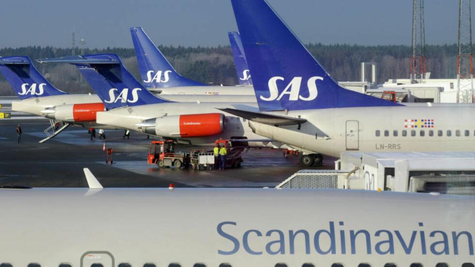 MINDRE VEDLIKEHOLD: Reduksjon i bruken av den vedlikeholdskrevende flytypen MD-80 (med røde motorer) skal gi SAS anledning til å kutte ned på vedlikeholdsstaben, melder konsernledelsen. Foto: Scanpix