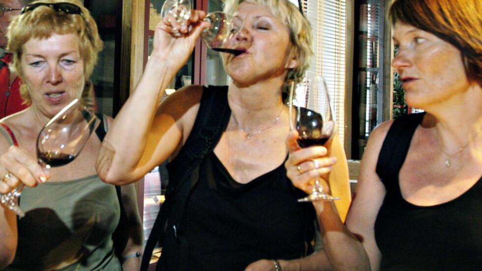 - LØP OG KJØP: Dagbladets vinanmelder er klar i sin tale. Her er det vinsmaking på gang i Sienna, som ligger midt i vinområdet Chianti. Foto: Truls Brekke/Dagbladet