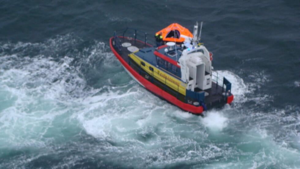 FANT TOM REDNINGSBÅT: Her finner Sjöräddningen en av redningsbåtene fra det forliste skipet. Foto: Räddningshelikopter Lifeguard 901/Sjöfartsverket