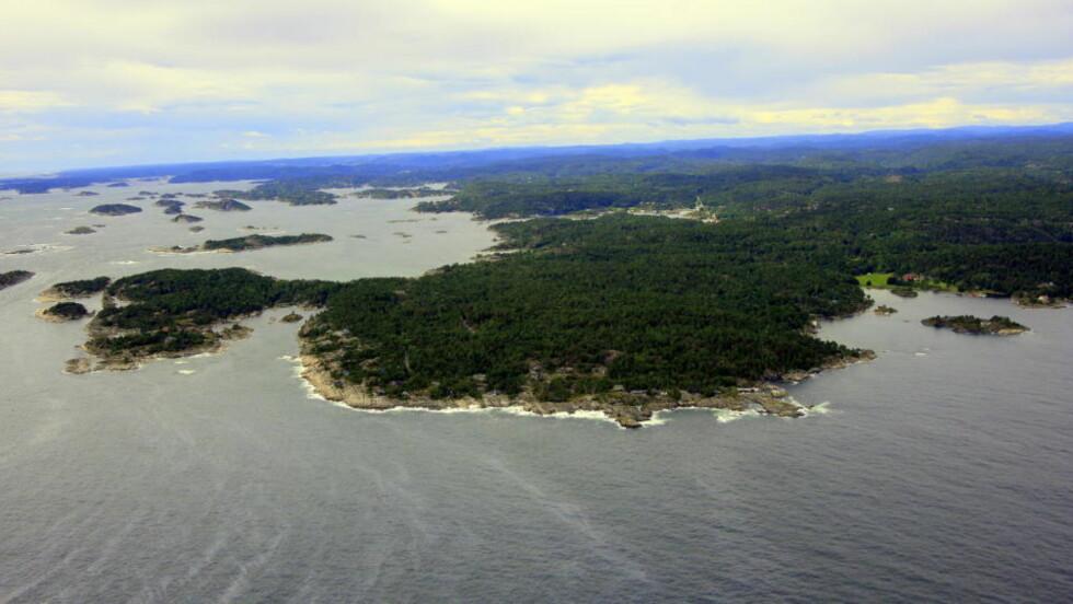 KAN ØDELEGGE SÅRBART LANDOMÅDE: I vannet ser du olja som er på vei mot Jomfruland - som er området du ser på bildet. Foto: Terje Løchen